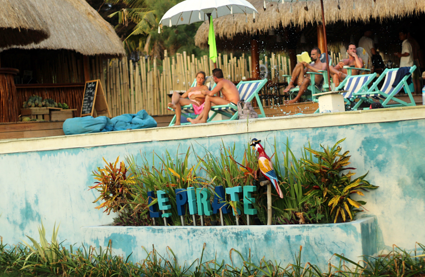 Le Pirate beachclub gili trawagan1